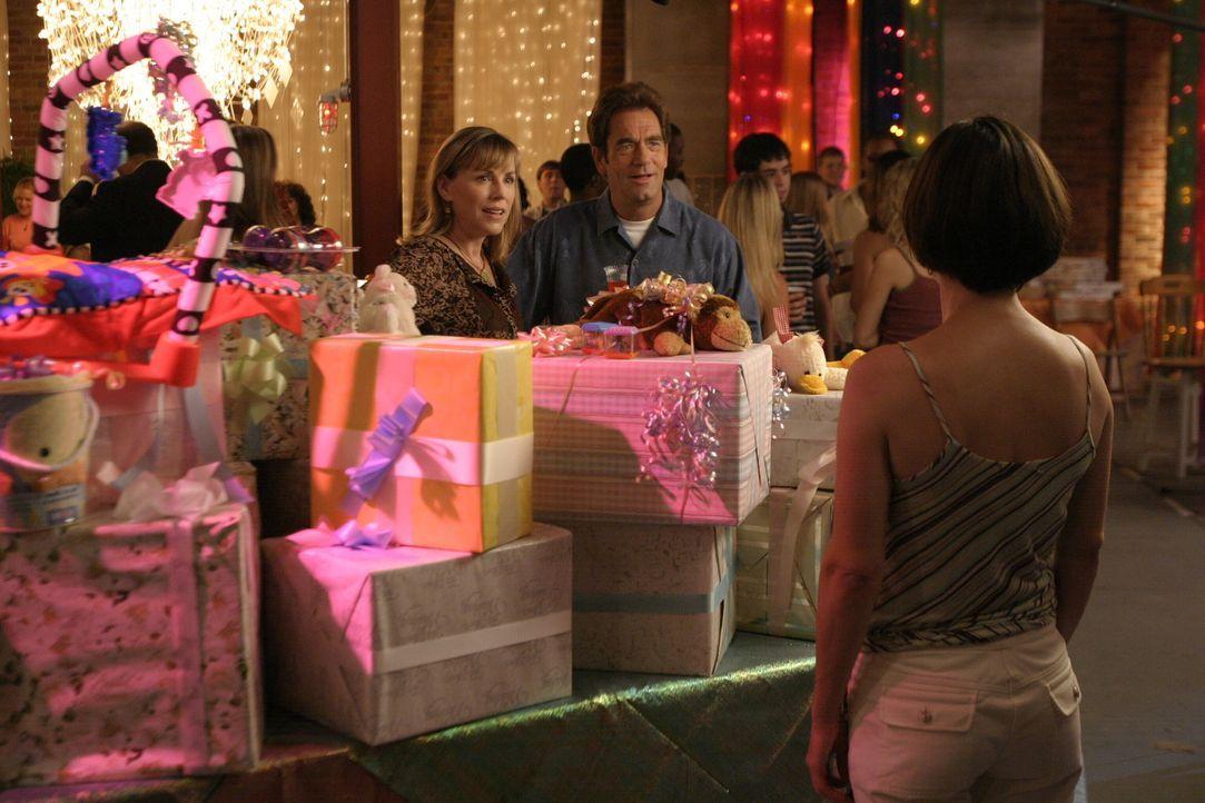 Jim (Huey Lewis, hinten r.), Lydia (Bess Armstrong, hinten l.) und Karen (Moira Kelly, vorne) stoßen auf die Hochzeit an ... - Bildquelle: Warner Bros. Pictures