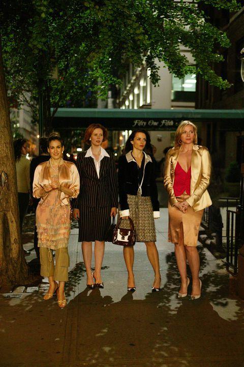 Auf Carrie (Sarah Jessica Parker, l.), Miranda (Cynthia Nixon, 2.v.l.), Charlotte (Kristin Davis, 2.v.r.) und Samantha (Kim Cattrall, r.) wartet ein... - Bildquelle: Paramount Pictures