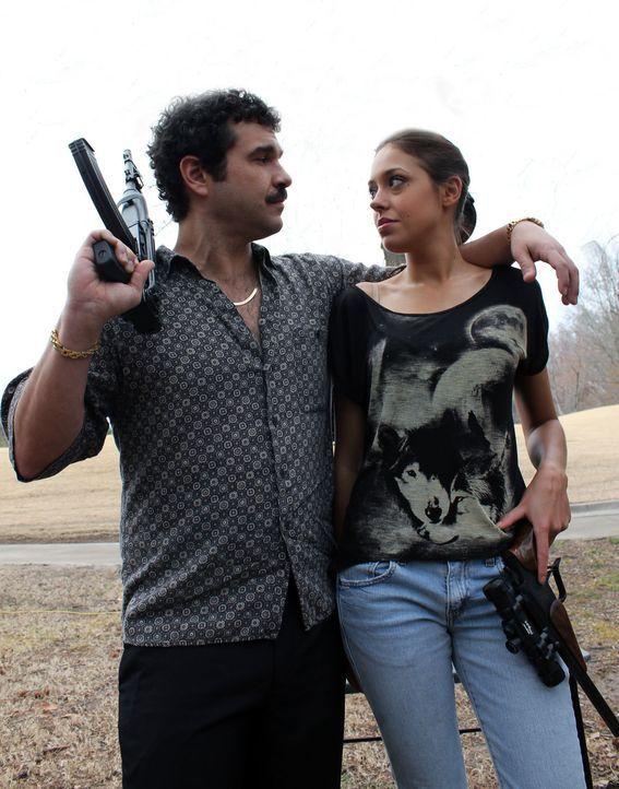 Lisa Fotopoulos (r.) und ihr Ehemann (l.) werden mitten in der Nacht von einem Mann überrascht, der ohne zu zögern auf ihre Köpfe schießt ... - Bildquelle: M2 Pictures