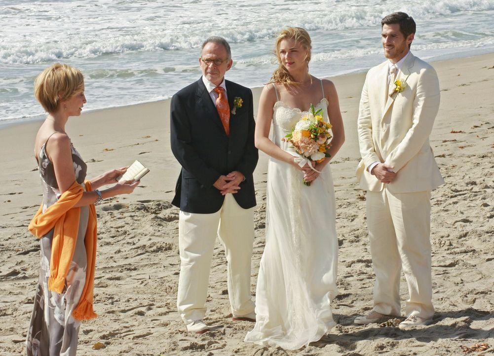 Kitty (Calista Flockhart, l.) trägt ein Gedicht für das Brautpaar Justin (Dave Annable, r.) und Rebecca (Emily VanCamp, 2.v.r.) vor. Saul (Ron Rifki... - Bildquelle: 2009 American Broadcasting Companies, Inc. All rights reserved.