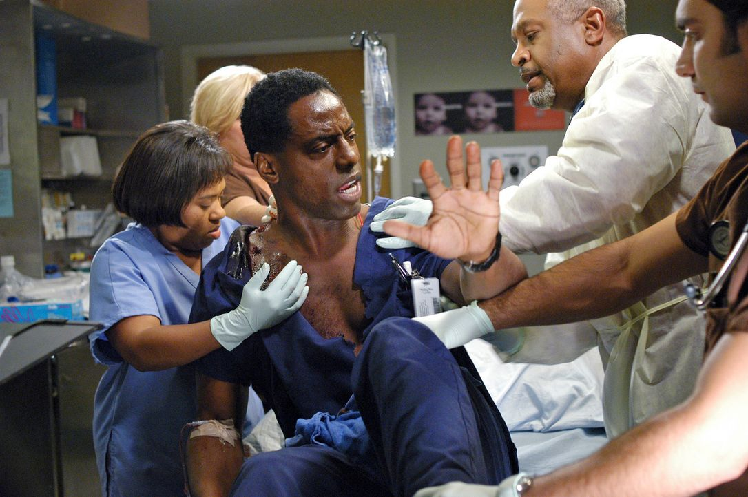 Der flüchtige Amokschütze aus dem Restaurant hat nun auch auch im Krankenhaus um sich geschossen und eines der Opfer ist Burke (Isaiah Washington, M... - Bildquelle: Touchstone Television