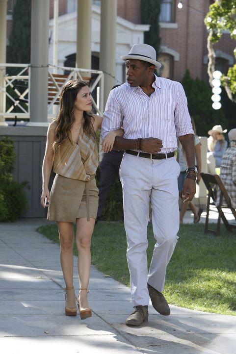 Für Zoe (Rachel Bilson, l.) ist es alles andere als einfach, sich in Bluebell einzuleben. In Lavon (Cress Williams, r.) hat sie wenigstens jemanden... - Bildquelle: Warner Bros.