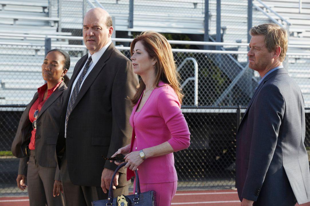 Versuchen einen Mord aufzudecken: Megan (Dana Delany, 2.v.r.), Peter (Nicholas Bishop, r.), Samantha  (Sonja Sohn, l.) und Bud (John Carroll Lynch,... - Bildquelle: ABC Studios