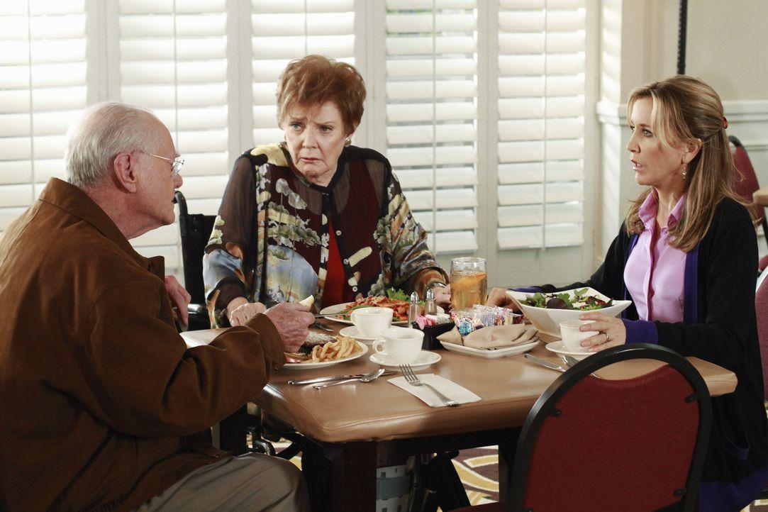 Während sich Carlos um den Zustand seiner Frau sorgt, erfährt Lynette (Felicity Huffman, r.), dass ihre Mutter Stella (Polly Bergen, M.) wieder heir... - Bildquelle: ABC Studios
