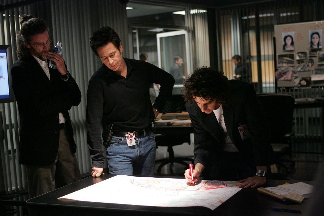 In einer abgelegenen Schlucht werden drei weibliche Leichen gefunden. Don (Rob Morrow, M.) und Charlie (David Krumholtz, r.) und Samuel Kraft (John... - Bildquelle: Paramount Network Television