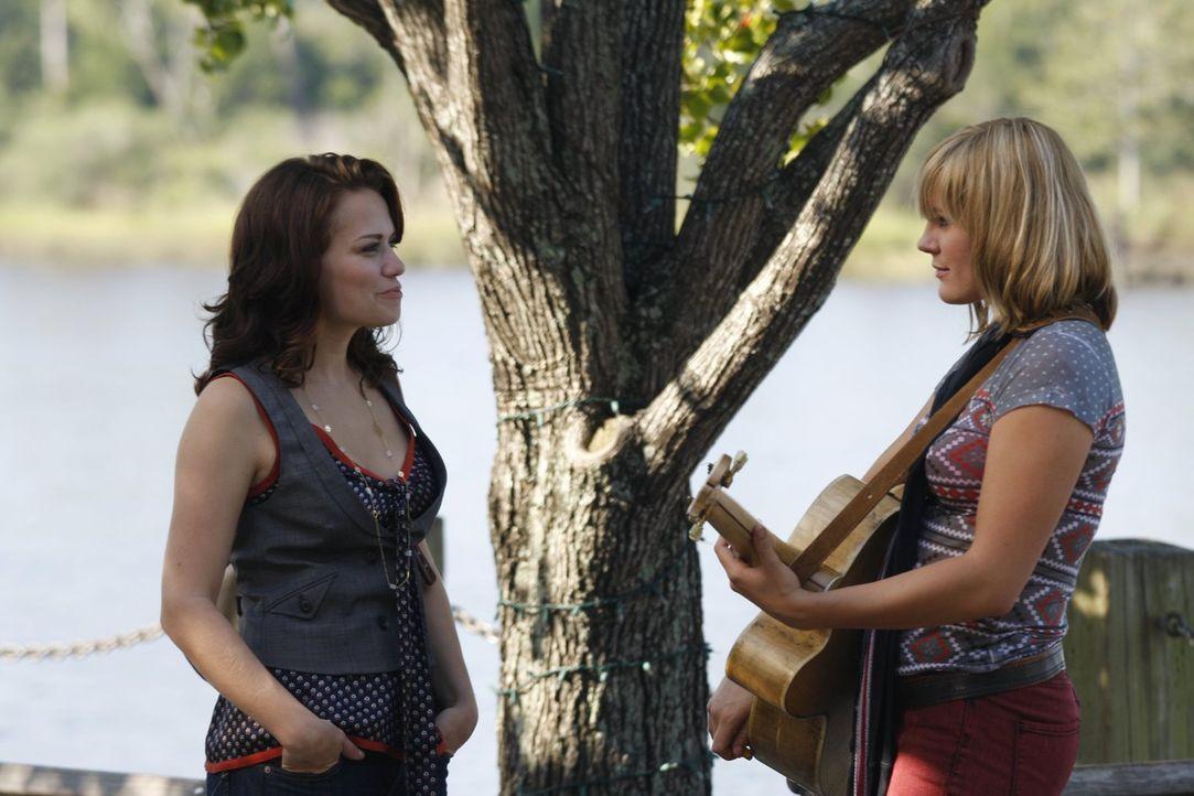Grace Potter (Grace Porter, r.) erfreut mit ihrer Musik die Spaziergänger. Als sie Haley (Bethany Joy Galeotti, l.) sieht und erkennt, legt sie ihr... - Bildquelle: Warner Bros. Pictures