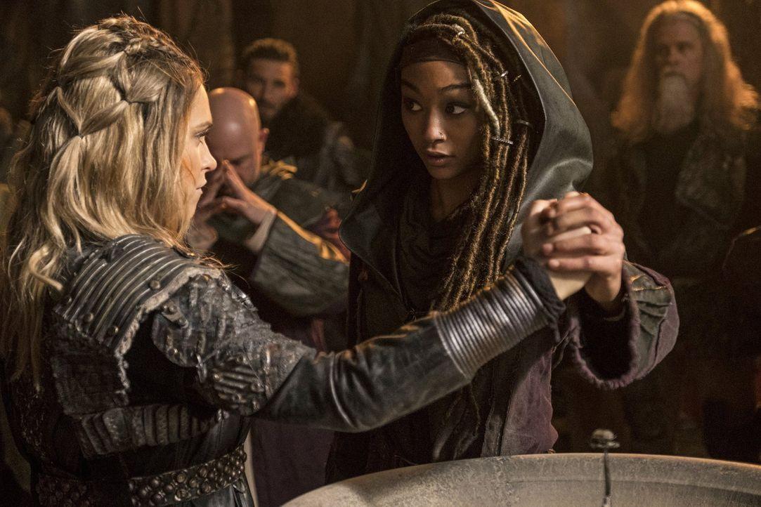 Als die Flamekeeperin Gaia (Tati Gabrielle, r.) erkennt, welches Blut jetzt durch Clarkes (Eliza Taylor, l.) Körper fließt, unterstützt sie diese be... - Bildquelle: 2016 Warner Brothers