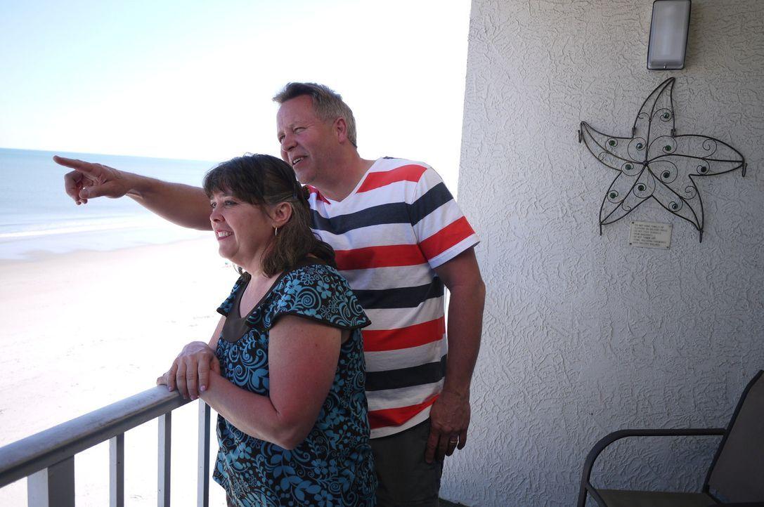Finden Dana (l.) und John (r.) für sich und ihre drei Kinder eine passende Immobilie in dem beliebten Ferienort Myrtle Beach? - Bildquelle: 2014, HGTV/Scripps Networks, LLC. All Rights Reserved.