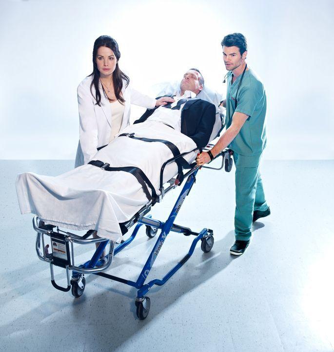 (1. Staffel) - Dr. Alex Reid (Erica Durance, l.) und Dr. Joel Goran (Daniel Gillies, r.) setzen alles daran, den im Koma liegenden Dr. Charlie Harri... - Bildquelle: 2012  Hope Zee One Inc.