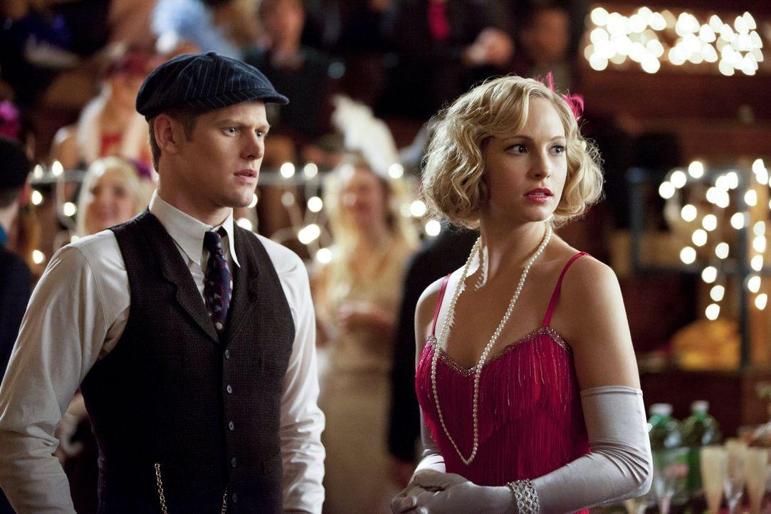 Matt (Zach Roerig, l.) und Caroline (Candice Accola, r.) können nicht fassen, dass Tyler auch auf der Party ist ... - Bildquelle: Warner Brothers