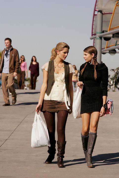 Sehen sich nach langer Zeit wieder: Marissa (Mischa Barton, l.) und Kaitlin (Willa Holland, r.) ... - Bildquelle: Warner Bros. Television