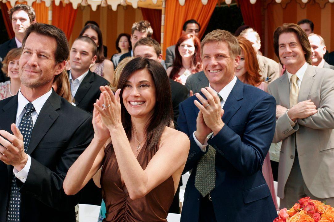 Freuen sich für Gabrielle, die sich soeben mit Victor vermählt hat: Mike (James Denton, l.), Susan (Teri Hatcher, 2.v.l.), Tom (Doug Savant, 2.v.r.)... - Bildquelle: 2005 Touchstone Television  All Rights Reserved