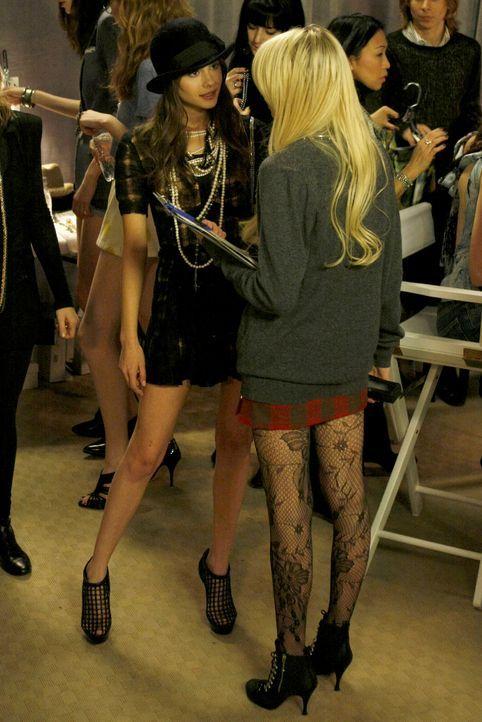 Jenny (Taylor Momsen, r.) und Agnes (Willa Holland, l.) haben sich wieder vertragen - doch für wie lange? - Bildquelle: Warner Brothers