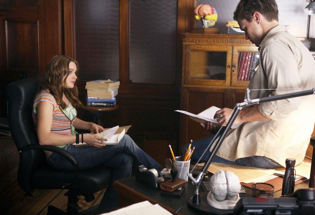 Declan (Chris Olivero, r.) und Lori (April Matson, l.) sind Kyle bei der Suche nach Hinweisen behilflich ... - Bildquelle: TOUCHSTONE TELEVISION