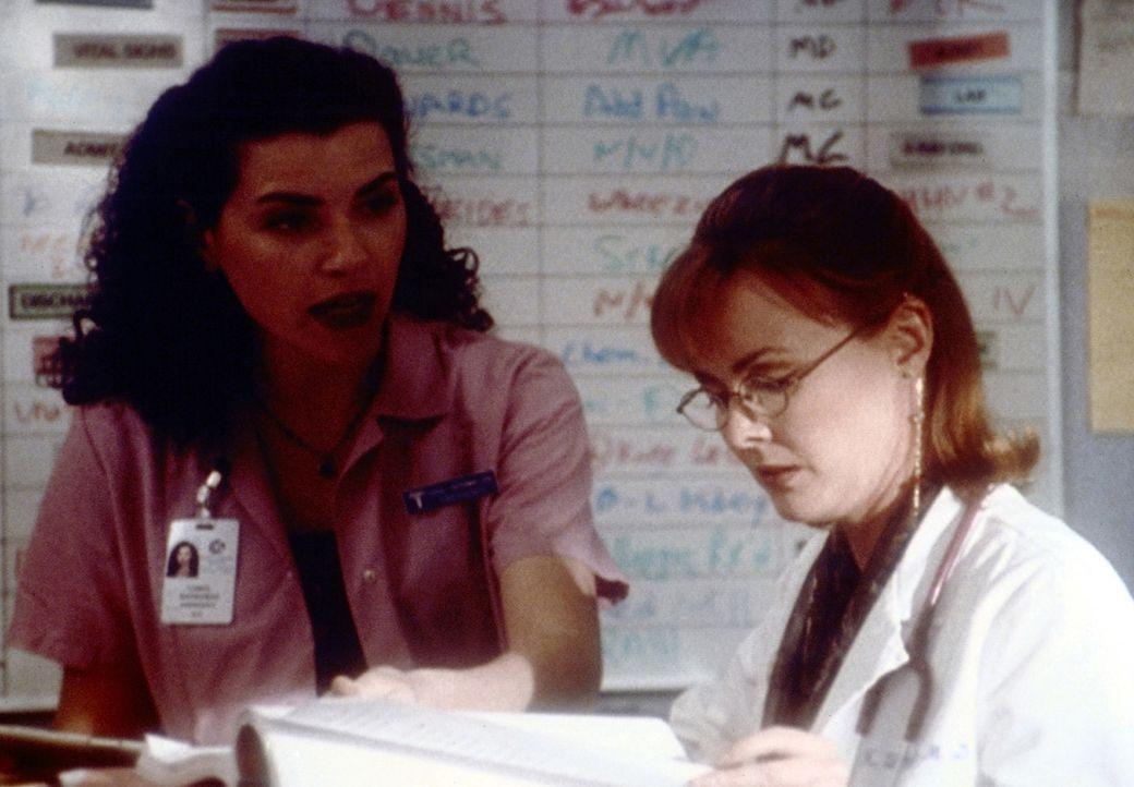 Für Hathaway (Julianna Margulies, l.) und Dr. Weaver (Laura Innes, r.) steht fest: Die jeweils andere ist die Verfasserin eines im Hause kursierend... - Bildquelle: TM+  2000 WARNER BROS.
