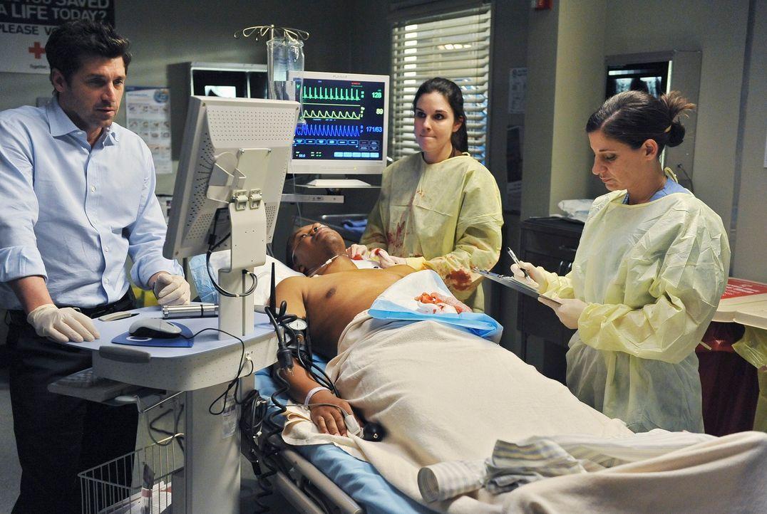 Durch den Dacheinsturz geht es im Seattle Grace drunter und drüber: Derek (Patrick Dempsey, l.) versucht einen Patienten zu retten ... - Bildquelle: Touchstone Television
