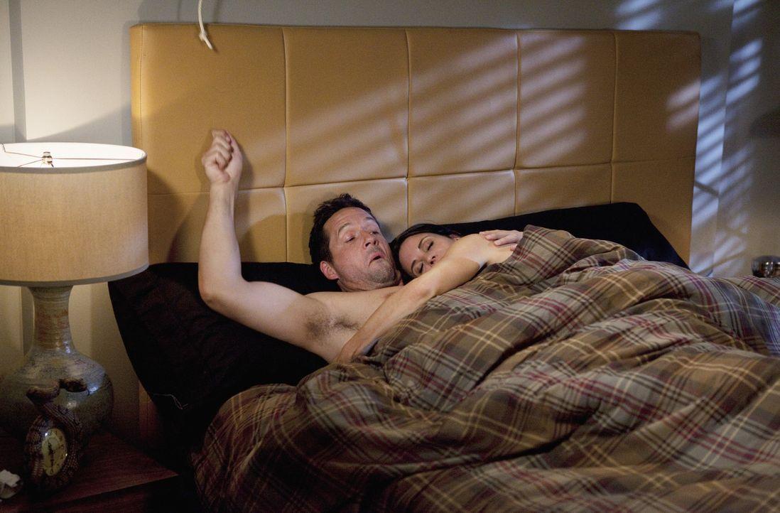 Da sich Jules (Courteney Cox, r.) immer geweigert hat, bei Grayson (Josh Hopkins, l.) zu schlafen, da sie Angst hat, seinen 1000 Bettpartnerin zu se... - Bildquelle: 2009 ABC INC.
