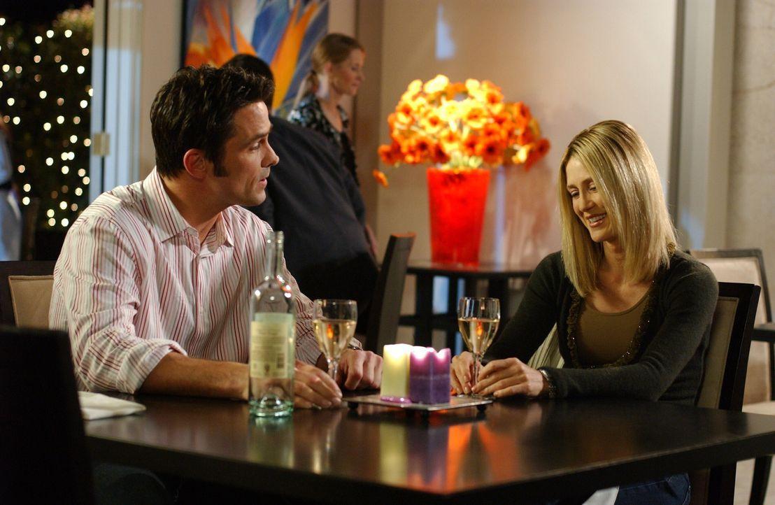 Bei einem Essen mit Kirsten (Kelly Rowan, r.) bemerkt Carter (Bill Campbell, l.), wie schön das Leben in Newport ist ... - Bildquelle: Warner Bros. Television