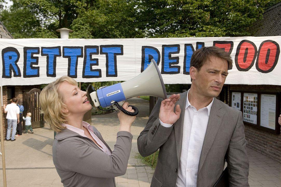 Sonja (Floriane Daniel, l.) will sich nicht in ihr Schicksal ergeben und initiiert eine Unterschriftensammlung für den Zoo. Mark (Jan Sosniok, r.),... - Bildquelle: Sat.1