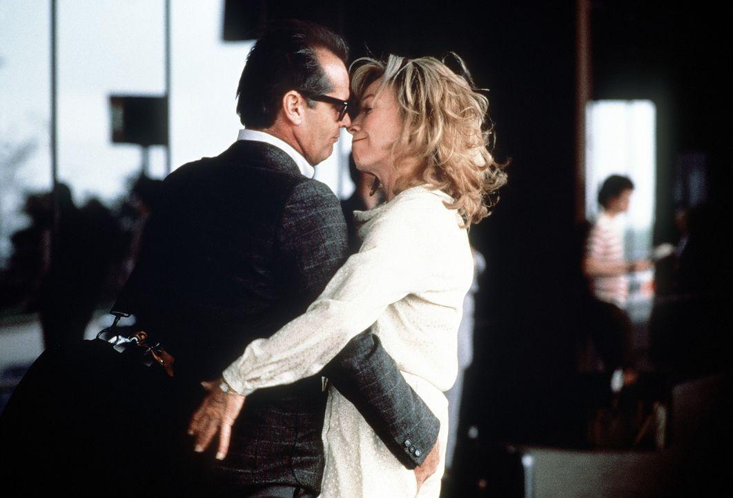 Aurora Greenway (Shirley MacLaine, r.) tröstet sich mit ihrem neuen Nachbar Garrett Breedlove (Jack Nicholson, l.) über ihren Schmerz hinweg ... - Bildquelle: Paramount Pictures