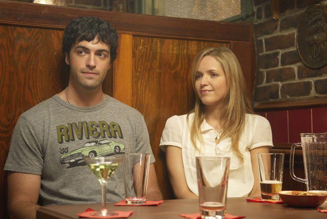 Lassen es sich in ihrem Stammlokal gut gehen: P.J. (Jordana Spiro, r.) und Brendan (Reid Scott, l.) ... - Bildquelle: 2006 Sony Pictures Television Inc. All Rights Reserved.