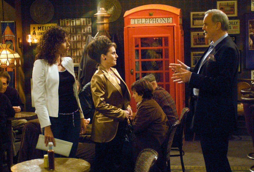 Da Karen (Megan Mullally, M.) ihrem Lyle (John Cleese, r.) keinen Gefallen abschlagen kann, willigt sie ein, dass Lorraine (Minnie Driver, l.) bei i... - Bildquelle: Chris Haston NBC Enterprises International