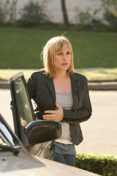 Allison Dubois (Patricia Arquette) will ihre Tochter von einer Geburtstagsparty abholen, doch da geschieht etwas Schreckliches … - Bildquelle: Paramount Network Television