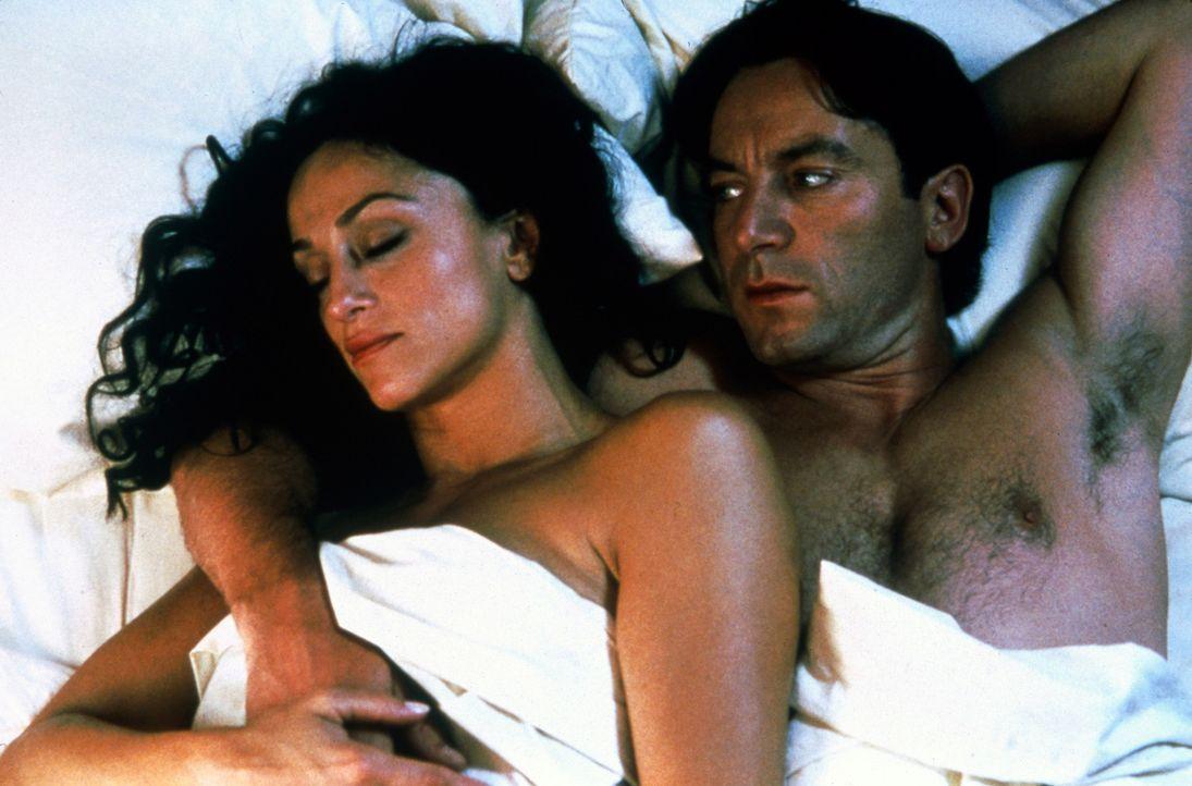 Charles Beck (Jason Isaacs, r.) ist über beide Ohren in die unnahbare Schönheit Celia (Sofia Amonte, l.) verliebt. Mit phantasievollen Lügen vers... - Bildquelle: Sandyo Productions