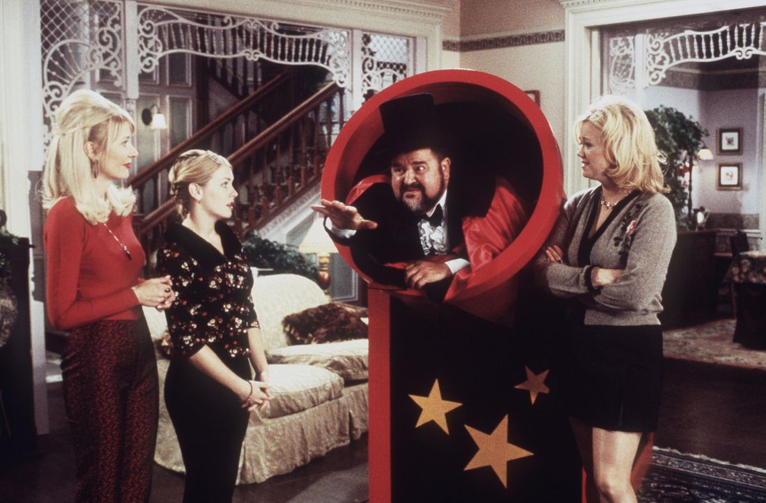 Zelda (Beth Broderick, l.), Sabrina (Melissa Joan Hart, 2.v.l.) und Hilda (Caroline Rhea, 2.v.r.) sind sehr gespannt, ob Mortimers (Dom De Luise, r.... - Bildquelle: Paramount Pictures