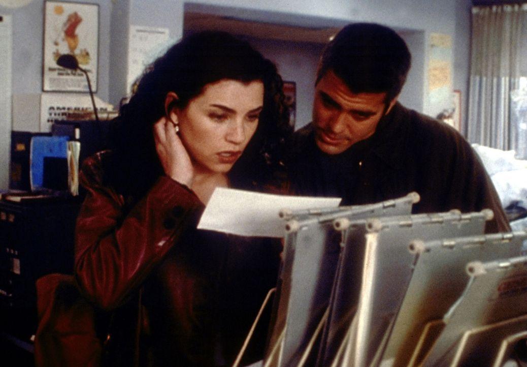 Hathaway (Julianna Margulies, l.) kann es nicht fassen: Sie hat den Test zum Medizinstudium bestanden! Dennoch möchte sie zum Studium nicht mehr an... - Bildquelle: TM+  2000 WARNER BROS.