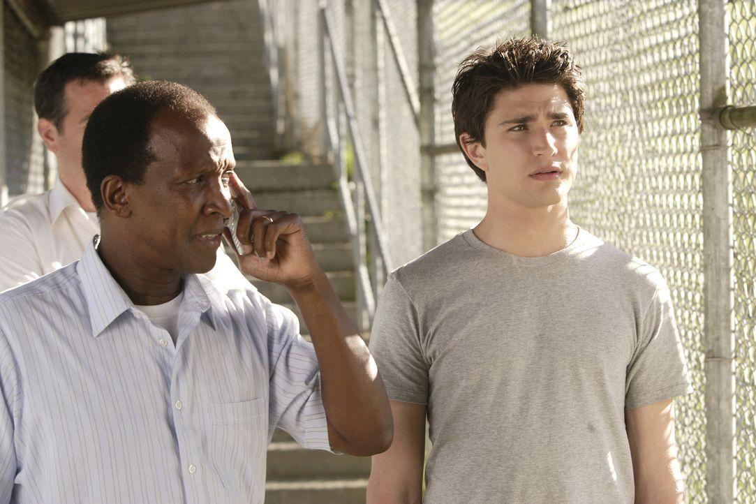 Nachdem der 16-jährige Junge (Matt Dallas, r.) die Stadt in Aufruhr gebracht hat, wird er von der Polizei verhaftet und in eine Jugendstrafanstalt... - Bildquelle: TOUCHSTONE TELEVISION