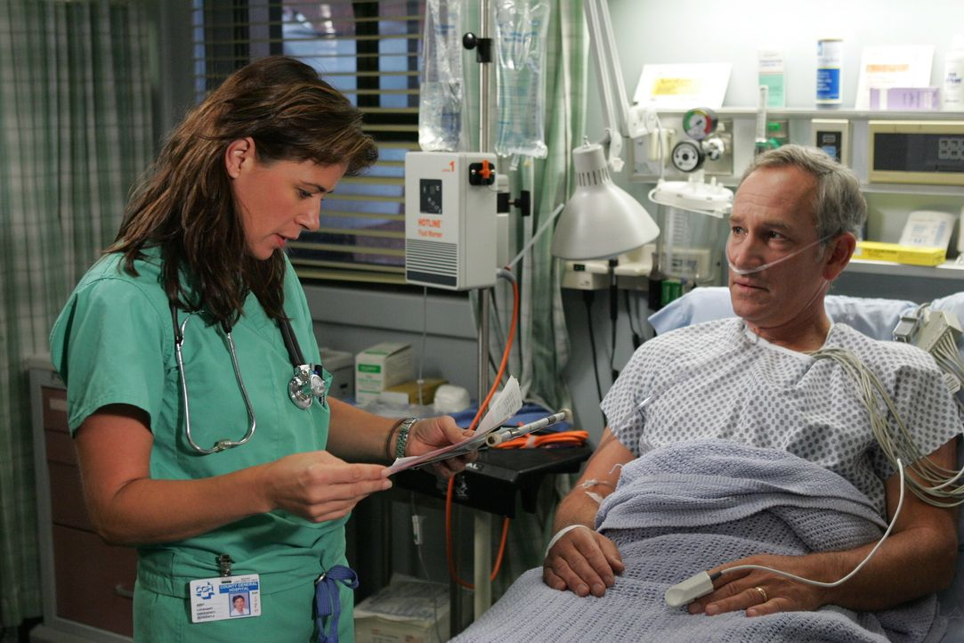 Lee Rappaport (Paul Norwood, r.) wird mit allen Anzeichen eines Herzinfarkts ins County eingeliefert. Abby (Maura Tierney, l.) kümmert sich um ihn .... - Bildquelle: Warner Bros. Television