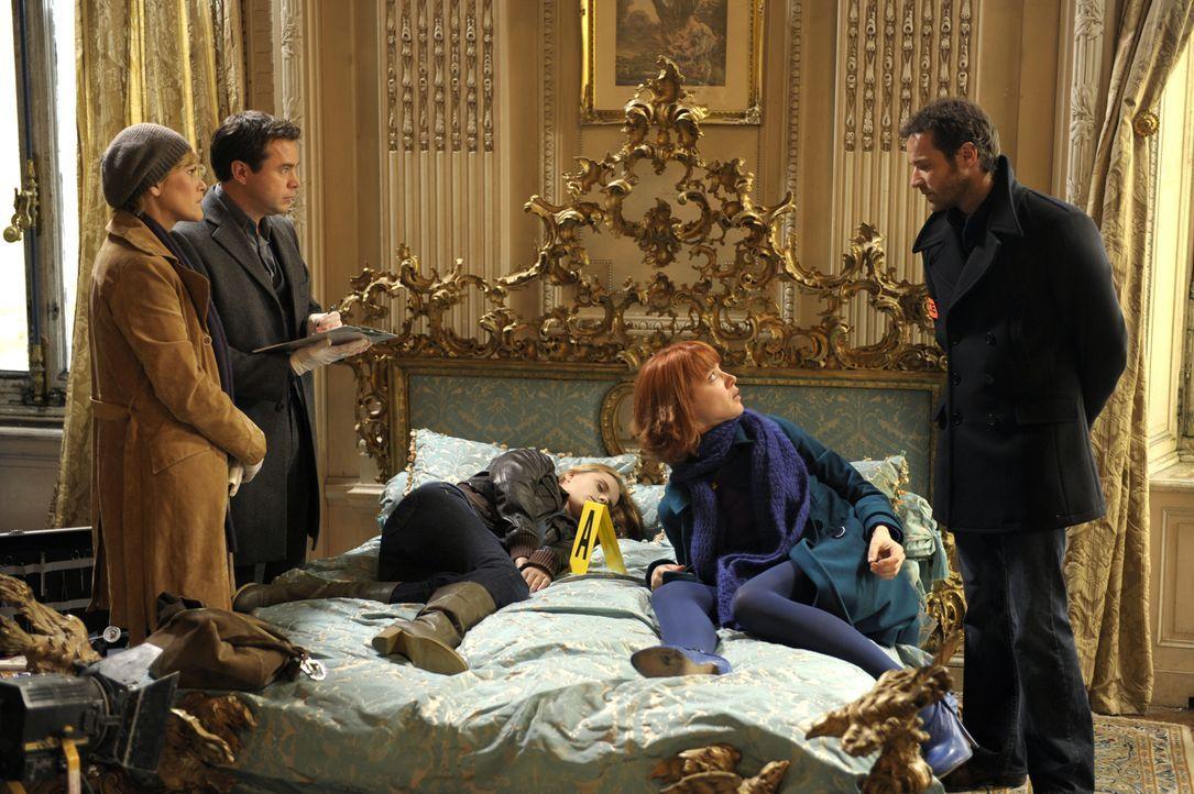 Als die Leiche der jungen Schauspielerin Maryline Hardouin (Audrey DeWilder, M.) am Set einer Serie entdeckt wird, ermitteln Fred (Vanessa Valence,... - Bildquelle: 2008 - Beaubourg Audiovisuel/BeFilms/RTBF (Télévision Belge)