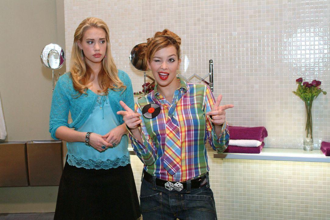 Hannah (Laura Osswald, r.) übt sich vor Kim (Lara-Isabelle Rentinck, l.) in Coolness - möchte sie doch Marc imponieren ... - Bildquelle: Monika Schürle SAT.1 / Monika Schürle