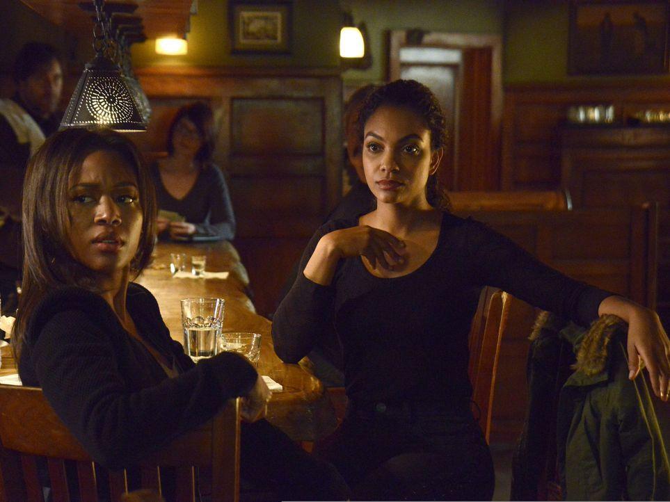 Als Abbie (Nicole Beharie, l.) und Jenny (Lyndie Greenwood, r.) auch nach Stunden nichts von Hawley gehört haben, machen sie sich Sorgen. Zu Recht ? - Bildquelle: 2014 Fox and its related entities. All rights reserved