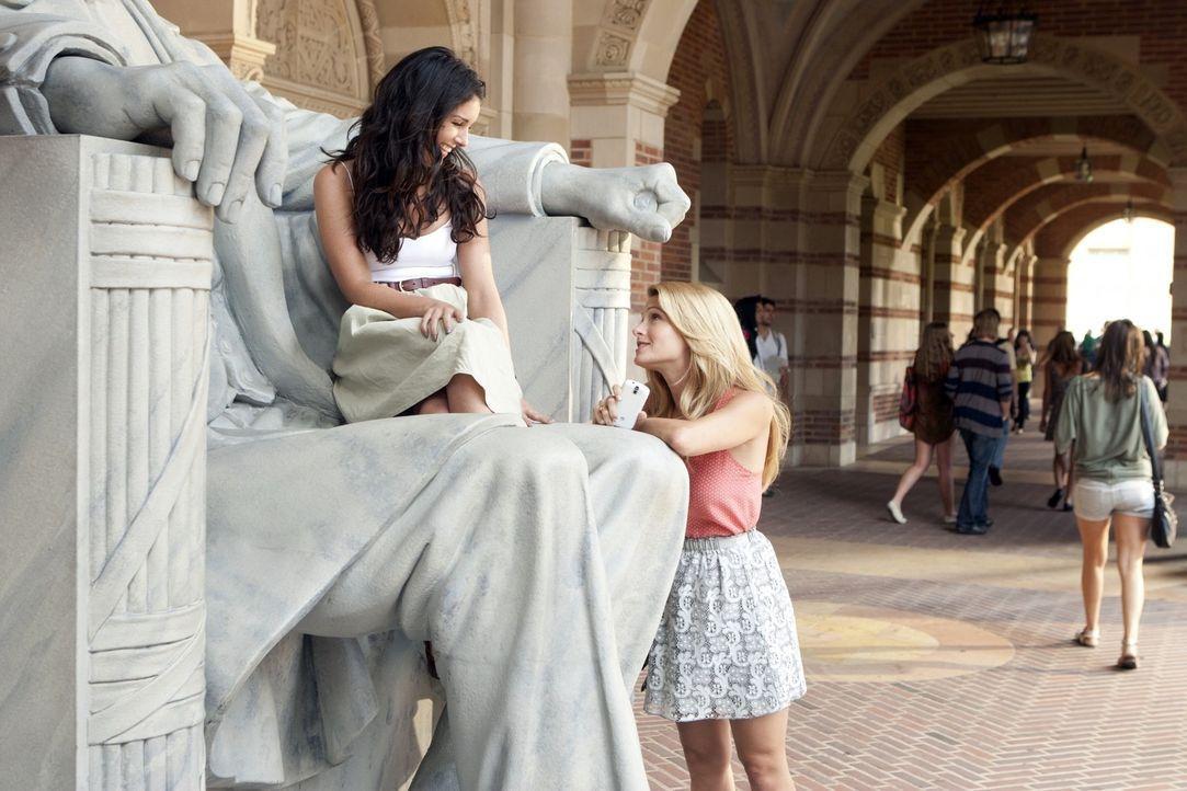 Annie Wilson (Shenae Grimes, l.) muss verschiedene Aufgaben bewältigen, um in der Studentenverbindung Kappa aufgenommen zu werden. Bree (Cameron Go... - Bildquelle: TM &   2011 CBS Studios Inc. All Rights Reserved.