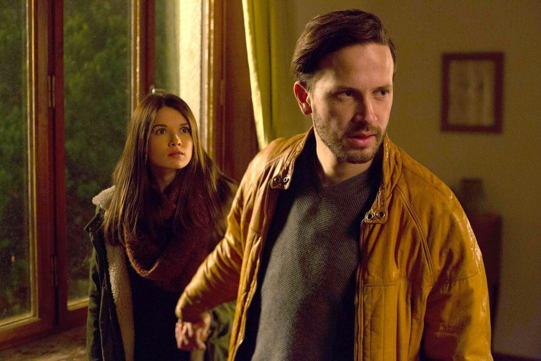 Ist es bereits zu spät, als Azrael (Franz Dinda, r.) erkennt, welche Rolle Mia (Zoe Moore, l.) bei seiner Suche nach dem Abbadon spielt? - Bildquelle: Dominik Hatt sixx
