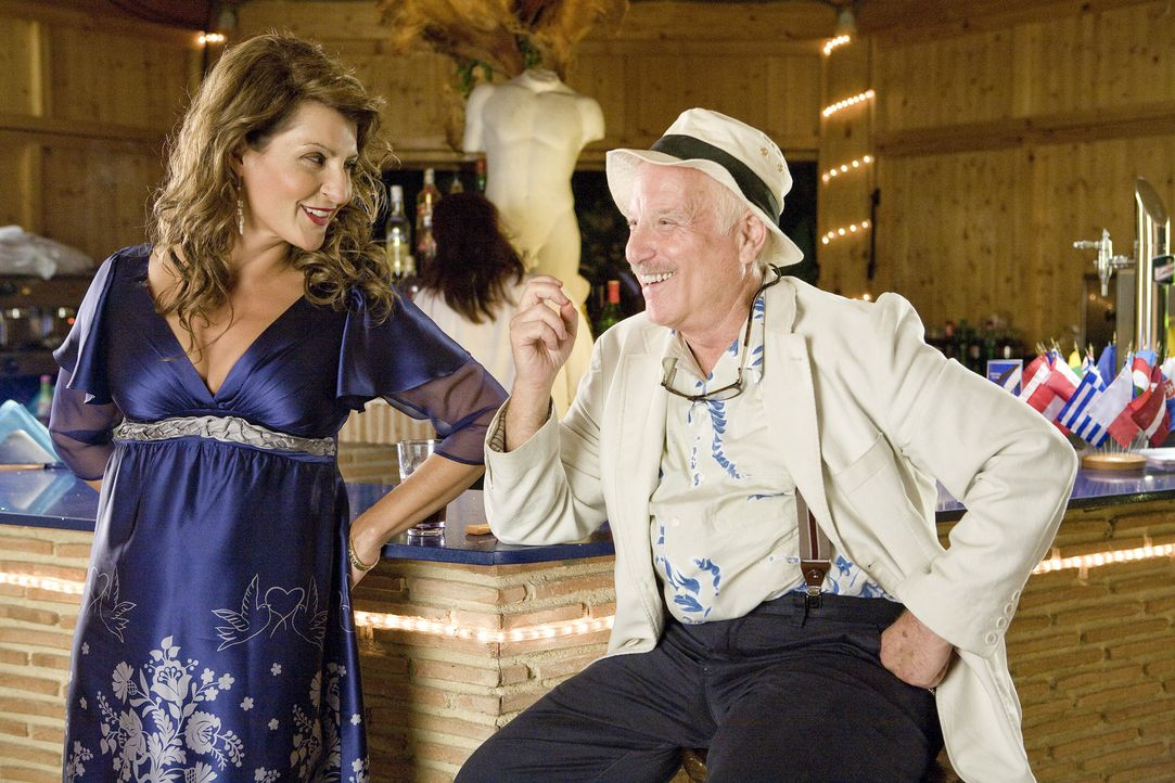 Georgia (Nia Vardalos, l.) erzählt Irv (Richard Dreyfuss, r.), dass sie vollkommen von Poupi Kakas angetan ist ... - Bildquelle: 2008 My Life In Ruins, LLC All Rights Reserved