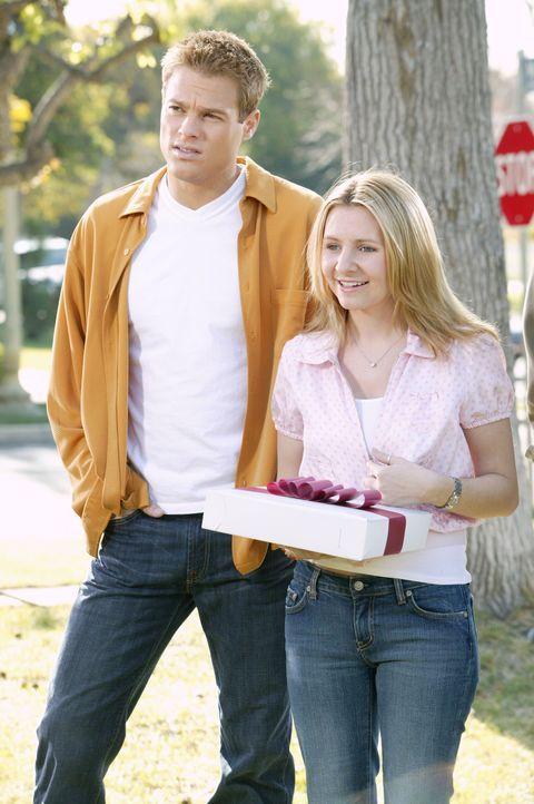 In der Nachbarschaft der Camdens steht ein Haus zum Verkauf und Lucy (Beverly Mitchell, r.) und Kevin (George Stults, l.) überlegen, es zu kaufen. - Bildquelle: Paul McCallum The WB Television Network
