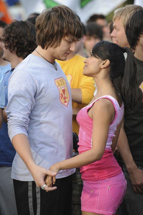Genießen ihre gemeinsame Zeit: Cappie (Scott Michael Foster, l.) und Rebecca (Dilshad Vadsaria, r.) ... - Bildquelle: 2008 ABC Family