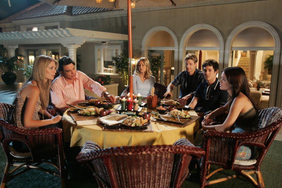 Abschiedsessen: Ryan (Benjamin McKenzie, 3.v.r.), Marissa (Mischa Barton, l.), Sandy (Peter Gallagher, 2.v.l.), Kirsten (Kelly Rowan, 3.v.l.), Seth... - Bildquelle: Warner Bros. Television