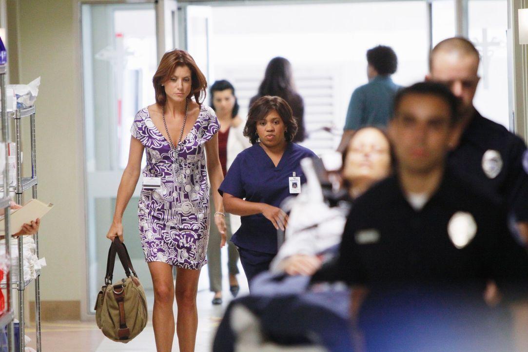 Miranda (Chandra Wilson, r.) kommt zu Addison (Kate Walsh, l.), um eine Patientin zu operieren ... - Bildquelle: ABC Studios