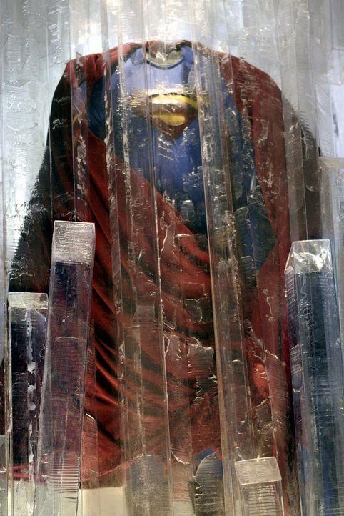 Während den Hochzeitsvorbereitungen versucht Lois weiterhin verstärkt, Clarks Identität besser zu verschleiern. Ob dabei das Kostüm hilft? - Bildquelle: Warner Bros.