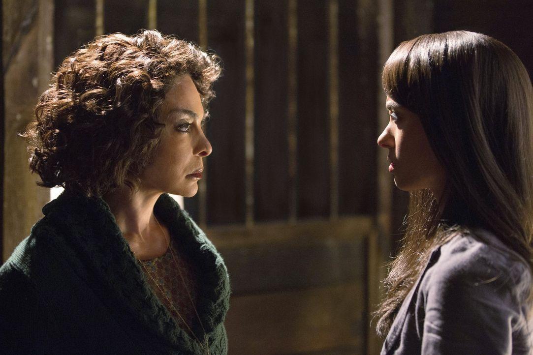 Das Wiedersehen von Bonnie (Katerina Graham, r.) mit ihrer toten Großmutter Sheila Bennett (Jasmine Guy,l.) kann nichts Gutes bedeuten ... - Bildquelle: Warner Brothers