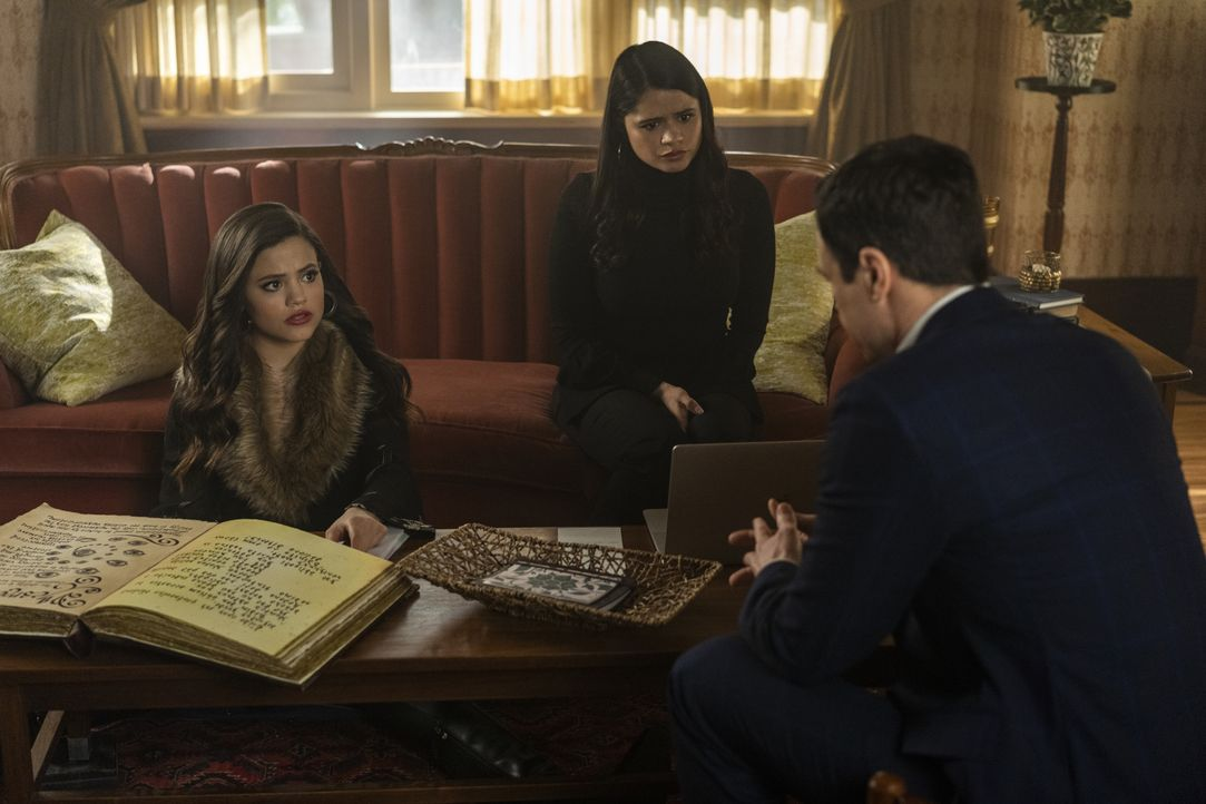 (v.l.n.r.) Maggie Vera (Sarah Jeffery); Mel Vera (Melonie Diaz); Harry Greenwood (Rupert Evans) - Bildquelle: Colin Bentley 2019 The CW Network, LLC. All rights reserved. / Colin Bentley