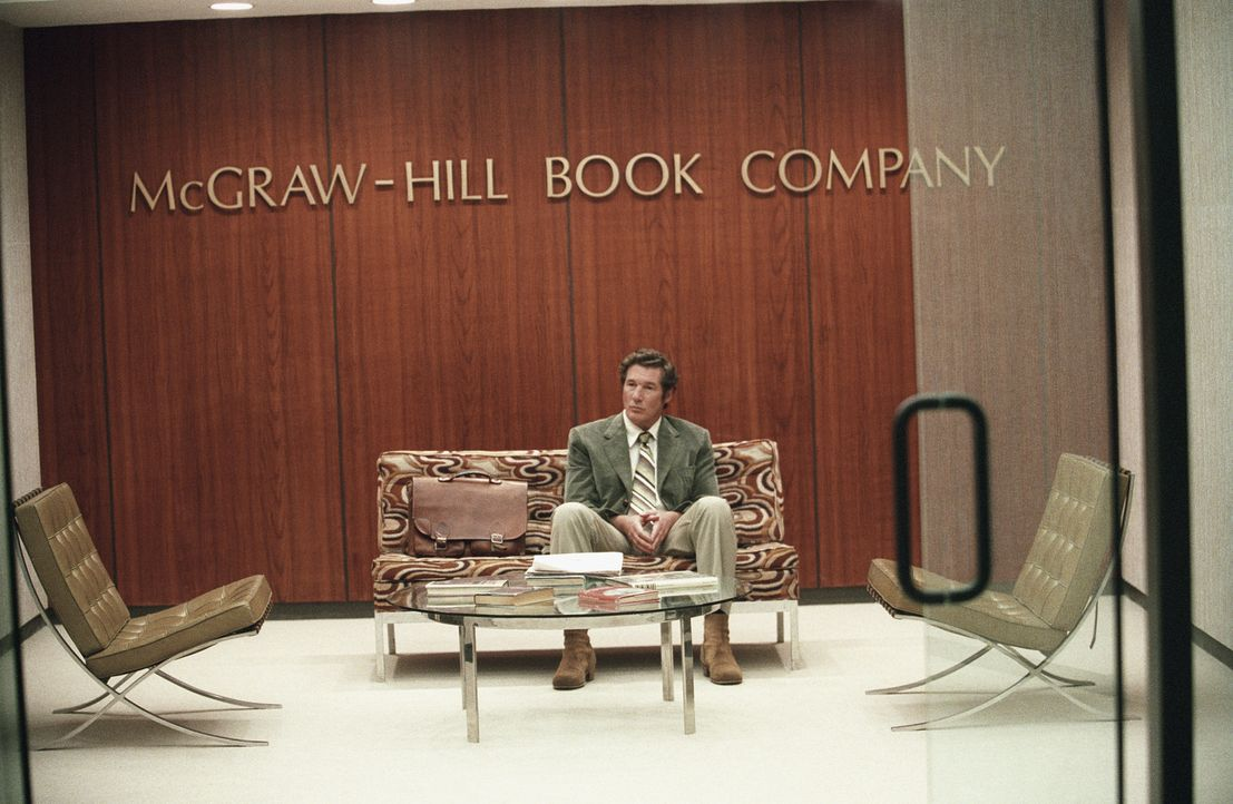 Der Schriftsteller Clifford Irving (Richard Gere) ist am, Boden zerstört, nachdem wieder einmal eines seiner Manuskripte abgelehnt wurde. - Bildquelle: 2006 Miramax Films.