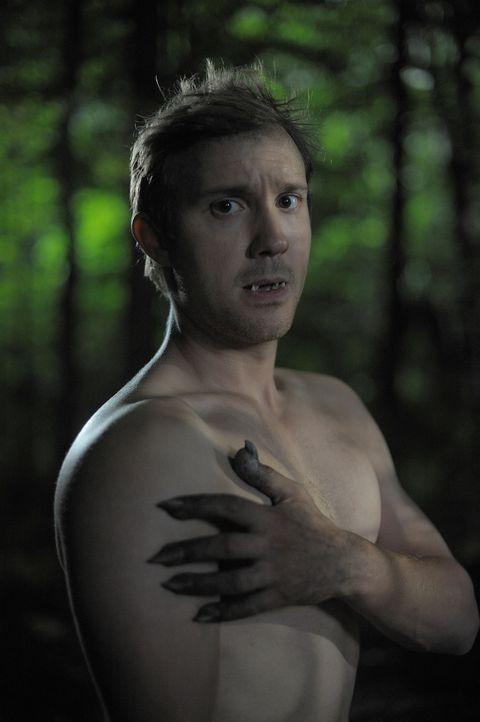 Josh (Sam Huntington) fährt mit Nora in den Wald, um sie an seiner Verwandlung in einen Werwolf teilhaben zu lassen. Doch dort sind sie nicht allei... - Bildquelle: Phillipe Bosse Syfy Channel