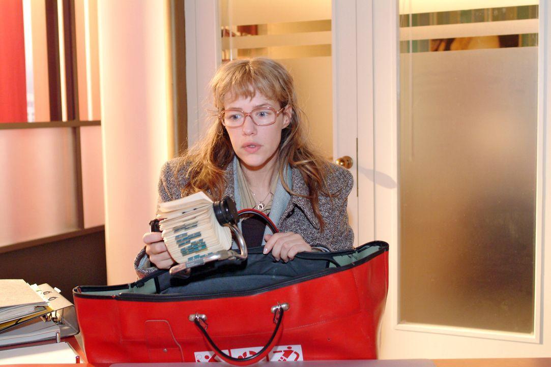 Lisa (Alexandra Neldel) packt enttäuscht ihre Sachen. Illegale Geschäfte will sie auf keinen Fall machen und deshalb steht ihr Entschluss fest: Sie... - Bildquelle: Monika Schürle SAT.1 / Monika Schürle