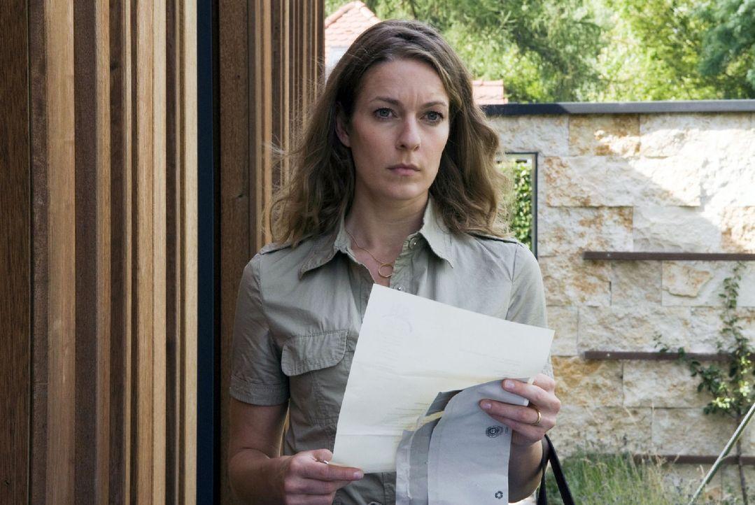 Marie (Lisa Martinek) ist verzweifelt, als sie Post von ihrem Anwalt bekommt. Sie müssen sofort aus ihrem Haus ausziehen, das nun der Sirdona-Holdi... - Bildquelle: Jacqueline Krause-Burberg Sat.1