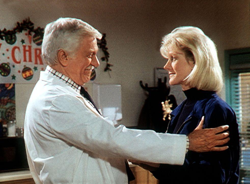 Dr. Mark Sloan (Dick Van Dyke, l.) begrüßt herzlich seine Tochter Carol (Stacy Van Dyke, r.), die er seit acht Jahren nicht mehr gesehen hat. - Bildquelle: Viacom